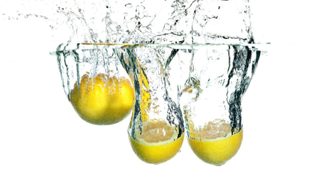 beber agua con jugo de limón