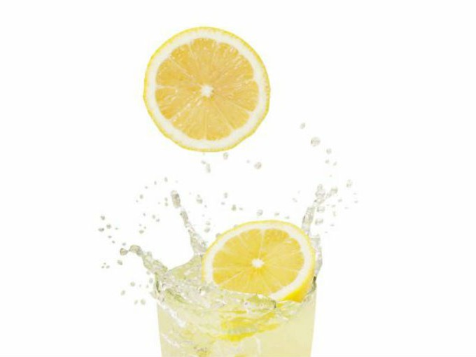 consumir correctamente el agua con jugo de limón
