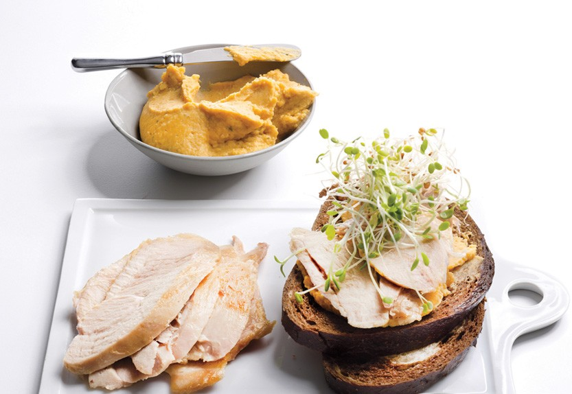 Sandwich de pavo con hummus